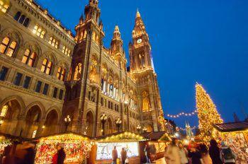 """<p class=""""caption"""">Adventstimmung pur herrscht auch am Wiener Rathausplatz. </p>"""