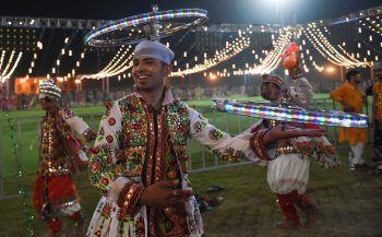 """<p>Ahmedabad. Traditionell: Ein Tänzer auf dem hinduistischen """"Navratri""""-Fest.</p>"""