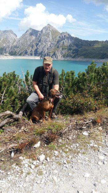 """<p class=""""caption"""">Alfons mit seiner Hündin Laika bei einer schönen Wanderung am Lünersee.</p>"""