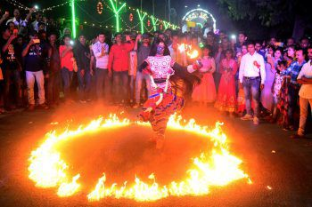 <p>Allahabad. Traditionell: Eine indische Künstlerin tanzt auf dem religiösen Dussehra Festival in einem Feuerkreis.</p>