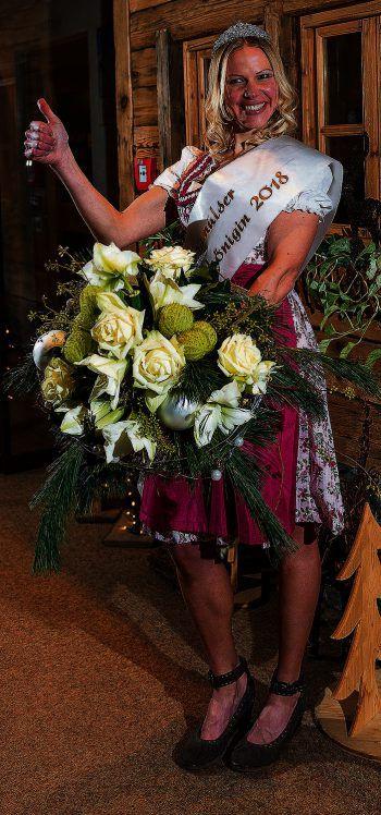 An wen darf Sabrina die Krone der Damülser Schneekönigin übergeben?Fotos: Huber Images