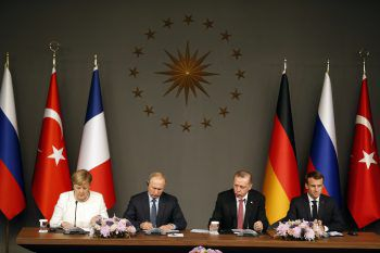 Angela Merkel, Wladimir Putin, Recep Tayyip Erdogan und Emmanuel Macron trafen in Istanbul aufeinander. Foto: AP