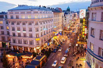 """<p class=""""caption"""">Auch die Einkaufsstraßen der Stadt zieren wunderbare Beleuchtungen. </p>"""