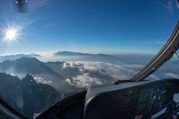 """<p class=""""caption"""">Aus dem Hubschrauber hat man einen tollen Blick auf die Berglandschaft.</p>"""
