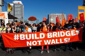 Bei der Demo in Berlin protestierten tausende Menschen gegen Rassismus und Ausgrenzung. Foto: AP