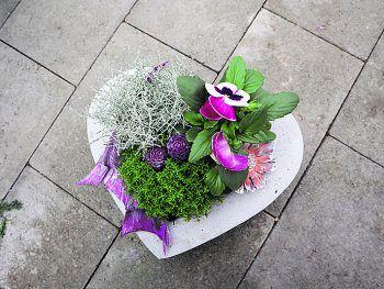"""<p class=""""caption"""">Blumen mit Herz schenken – auch zu Allerheiligen.</p>"""
