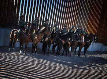 <p>Calexico. Im Dienst: Eine Abordnung von Grenzwächtern an der Grenze zwischen USA und Mexiko.</p>