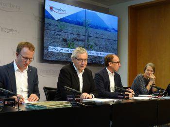 Christian Gantner, LSth. Karlheinz Rüdisser und Johannes Rauch mit Klimaexpertin Helga Kromp-Kolb. Foto: VLK