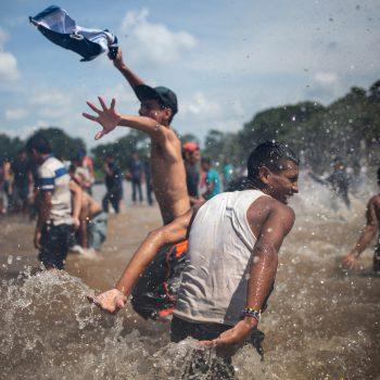 <p>Ciudad Hidalgo. Erleichtert: Migranten aus Guatemala erreichen Mexiko und feiern den Grenzübertritt mit einem Bad im Suchiate Fluss. Fotos: Reuters, APA, AFP</p>