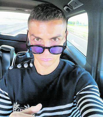 <p>Coolness: Cristiano Ronaldo schickt ein Selfie aus dem Auto.</p>