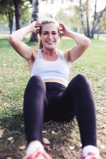 Daria hält sich am liebsten im Freien fit und zeigt WANN & WO einige Übungen aus ihrem Training.  Fotos: Sams