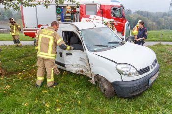 Das Auto krachte gegen einen Baum, der Beifahrer wurde verletzt.Foto: Hofmeister