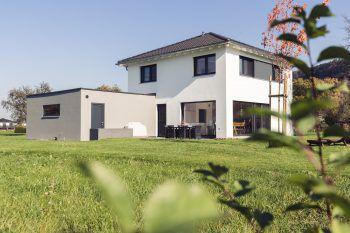 """<p class=""""caption"""">Das Haus in Koblach ist ein echter Hingucker – modern, mit großem Garten und sonniger Terrasse!</p>"""