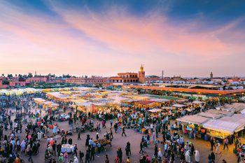 """<p class=""""caption"""">Der berühmte Gauklermarkt ist eines der Highlights der Stadt. Fotos: handout/High Life Reisen</p>"""