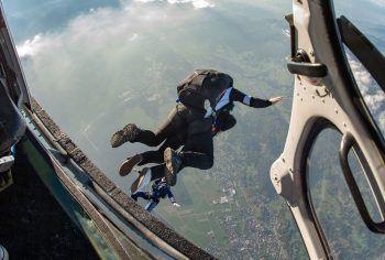 """<p class=""""caption"""">Der freie Fall aus dem Wucher Helikopter – ein atemberaubendes Gefühl.</p>"""