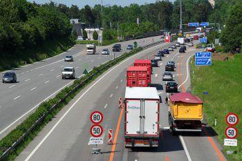 Der Pkw-Lenker bemerkte das Stauende auf der Autobahn zu spät und fuhr auf ein anderes Fahrzeug auf.Symbolfoto: VOL.AT/Pletsch