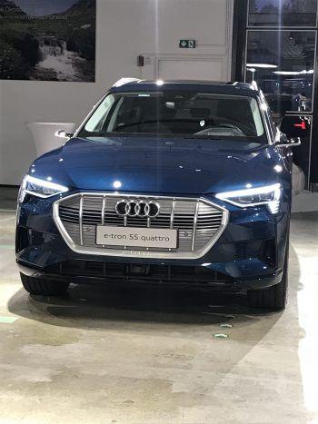 """<p class=""""caption"""">Der Star des Abends: Der neue Audi """"e-tron""""!</p>"""