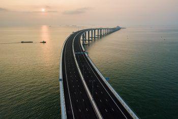 Die 55 Kilometer lange Verbindung besteht aus einer sich schlängelnden Brücke und einem 6,7 Kilometer langen Unterwassertunnel. Die Kosten gab die chinesische Regierung mit 15 Milliarden Euro an. Foto: AFP