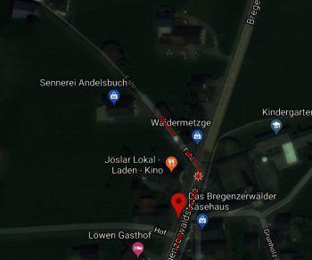 Die Männer gingen gegen Mitternacht von der Bushaltestelle im Ortszentrum entlang der Bregenzerwaldstraße (L200) in Richtung der Kreuzung Fahlstraße, als sie auf Höhe der Kirche von sechs bis sieben jungen Männern attackiert wurden.Fotos: Google Maps, handout/privat
