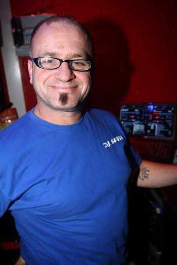 "<p class=""caption"">DJ Suppi an den Turntables.</p>"