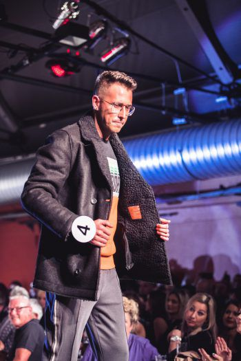 """<p class=""""caption"""">Dragan glänzt in einem coolen Herbstoutfit von Façona.</p>"""