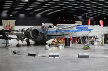 """<p class=""""caption"""">Ein Traum für Fans: In der Halle war ein X-Wing in Lebensgröße geparkt.</p>"""
