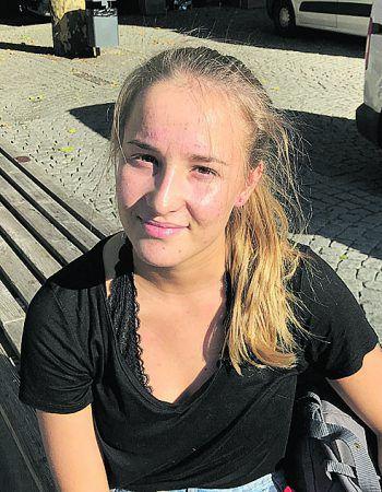 """Elena, 19, Feldkirch: """"Ich habe nach wie vor keine Angst in Vorarlberg. Nur weil jetzt einmal etwas passiert ist, heißt das nicht gleich, dass man sich jetzt nicht mehr vor das Haus trauen sollte. Am Abend bzw. nachts bin ich aber schon auch immer etwas vorsichtiger unterwegs."""""""