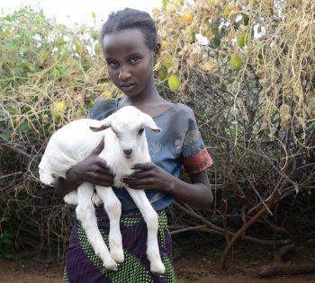 """<p class=""""caption"""">Embali muss täglich über 20 Kilometer zu ihrer Schule zurücklegen.</p>"""