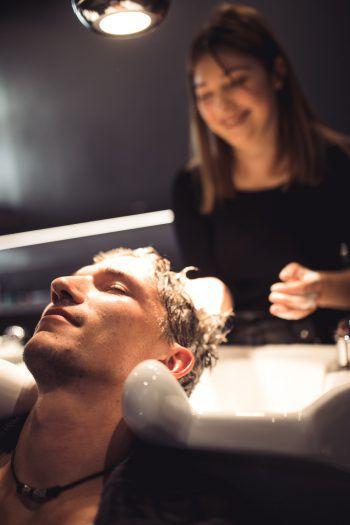"<p class=""caption"">Entspannung pur bei Christian während der angenehmen Kopfmassage. </p>"