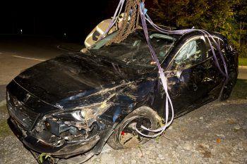 Das Auto musste von der Feuerwehr Rankweil mit dem schweren Rüstfahrzeug geborgen werden.Foto: Mathis