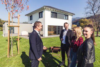 Franjo Bozic und Alexander Klotz, die Geschäftsführer von BKS (Town & Country) präsentierten Selina Mathis und Sabrina Düringer (WANN & WO) ein kürzlich erbautes BKS-Haus in Koblach. Fotos: Sams