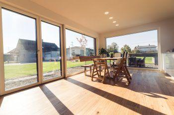 """<p class=""""caption"""">Highlight im Haus: die große Fensterfront im Wohn- Essbereich.</p>"""
