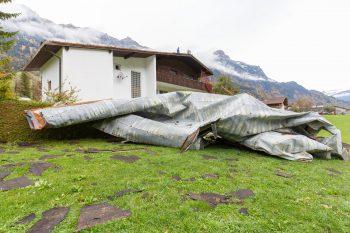 In Braz wurde durch den Sturm ein Haus abgedeckt. Mehrere Straßen mussten aus Sicherheitsgründen gesperrt werden.Fotos: Hofmeister