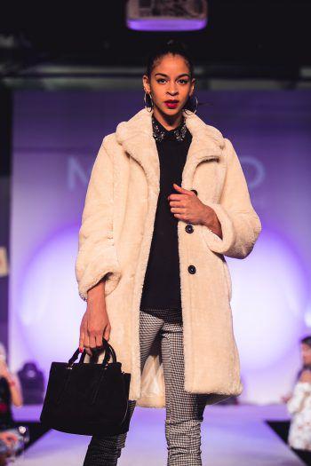 """<p class=""""caption"""">In diesem kuscheligen Mantel präsentiert von Marika lassen sich die kalten Tage überdauern.</p>"""