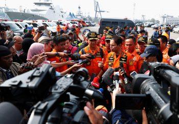 <p>Jakarta. Umringt: Der Kommandant der Rettungsteams wird nach dem Flugzeugabsturz in Indonesien von Medienvertretern zu den aktuellsten Neuigkeiten befragt.</p>