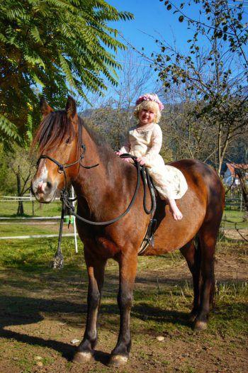 """<p class=""""caption"""">Jasmin (4) und Stella, ihr Rescue-Pony aus Irland.</p>"""