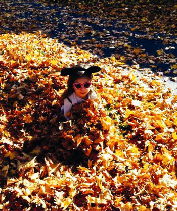 """<p class=""""caption"""">Kimberley an der Dornbirner Ach bei einem Herbstspaziergang mit Mama und Oma.</p>"""