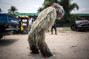 <p>Kinshasa. Verkleidet: Ein Schauspieler im Kongo trägt ein Kostüm, das aus Kondomen gefertigt wurde.</p>
