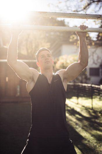 Klimmzüge: Omas Wäschestange eignet sich perfekt, um den Oberkörper zu trainieren.