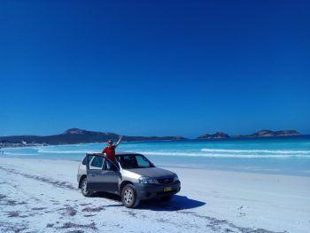 """<p class=""""caption"""">Mit dem Auto hat das Paar auch entlegene Strände in Australien erkundet.</p>"""