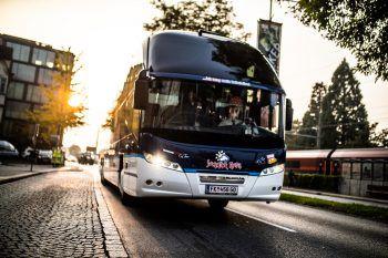 """<p class=""""caption"""">Mit dem VIP-Bus geht es auf Tagesfahrten und Transferfahrten.</p>"""