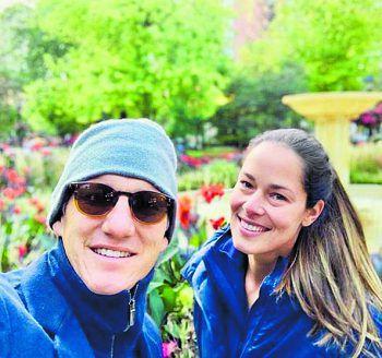 <p>Morning Walk: Bastian Schweinsteiger unterwegs mit seiner Frau Ana Ivanovic bei einem Morgenspaziergang in Chicago.</p>