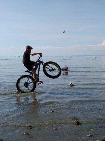"""<p class=""""caption"""">Nicklas zeigt ein paar Tricks mit seinem """"Fatbike"""" am Bodensee.</p>"""