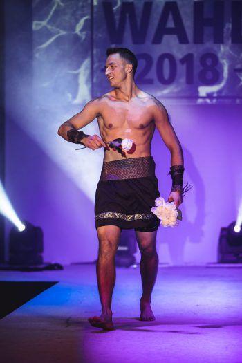 """<p class=""""caption"""">Patrik verteilte nicht nur Rosen, sondern schlug als Gladiator auch einige Saltos auf der Bühne und bewies seine Sportlichkeit.</p>"""