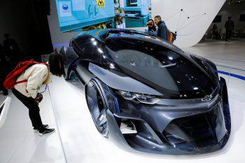 <p>Peking. Futuristisch: Eine Frau bestaunt auf einer Motorshow ein Concept Car von Chevrolet – den FNR.</p>