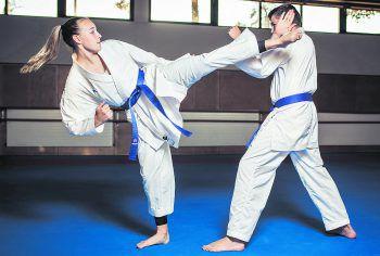 Präzise und rasant schnell zischt Hannas Ferse beim Side-Kick in Richtung Adrians Kopf.Fotos: Sams