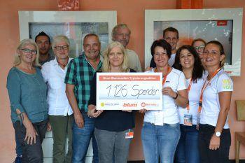 """Raimund Böhler und die Kollegen des Blum-Betriebsrat freuen sich mit Susanne Marosch und dem Team von """"Geben für Leben"""" über das Ergebnis.Foto: handout/Blum"""