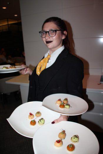 """<p class=""""caption"""">Rebecca servierte das köstliche Essen.</p>"""