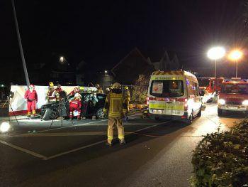Rettung und Feuerwehr rückten aus, um den 28-Jährigen aus seinem Wagen zu befreien.