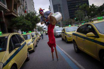 <p>Rio de Janeiro. Skurril: Ein Staßenkünstler zeigt sich bei einer Demonstration in einem außergewöhnlichen Clown-Kostüm. Fotos: AFP, APA, Reuters, AP</p>